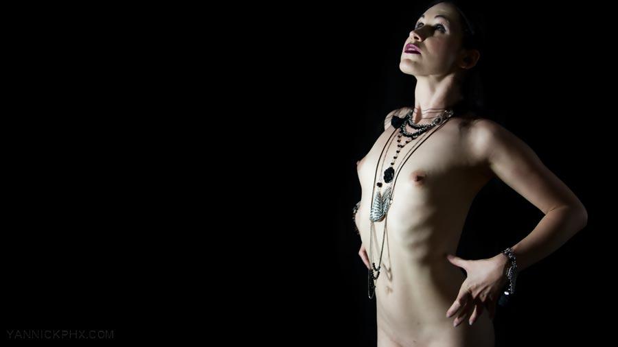 Nu d'Elbereth Lasombrae avec les bijoux train frantôme par Yannick PhX